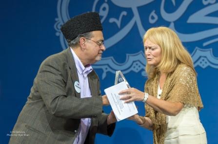 ahsanullah-zafar-president-of-ahmadiyya-muslim-community-usa-presenting-humanitarian-award-to-dr-katrina