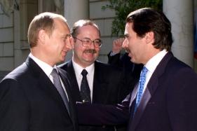 TAS 25.MADRID,SPAIN .JUNE 13. Russian President Vladimir Putin (L) who is on an official visit in Spain pictured talking with Spanish Prime Minister Jose Maria Aznar (R) in his residence on Tuesday. .In centre is an interpreter. Photo by Vladimir Rodionov and Sergei Velichkin (ITAR-TASS) ----- ÒÀÑ55. Èñïàíèÿ, Ìàäðèä. 13 èþíÿ. Âñòðå÷à ïðåçèäåíòà ÐÔ Âëàäèìèðà Ïóòèíà (íà ñíèìêå - ñëåâà) ñ ïðåìüåð-ìèíèñòðîì Èñïàíèè Õîñå Ìàðèà Àñíàðîì (ñïðàâà) ñîñòîÿëàñü ñåãîäíÿ â ðåçèäåíöèè ãëàâû èñïàíñêîãî ïðàâèòåëüñòâà Ìîíêëîà. Ôîòî Âëàäèìèðà Ðîäèîíîâà è Ñåðãåÿ Âåëè÷êèíà (ÈÒÀÐ-ÒÀÑÑ)